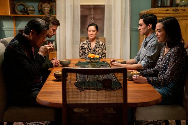 『ダッシュ&リリー』より、家族でお屠蘇を飲むシーン