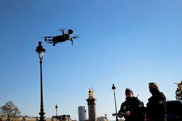 Un drone policier dans Paris le 25 mars 2020 (AP Photo/Christophe