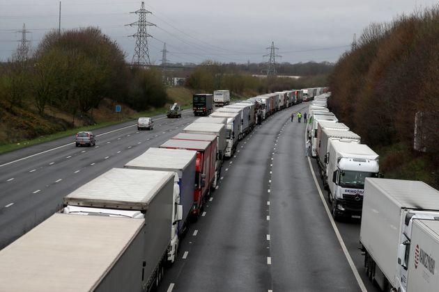 Βρετανία: Ατέλειωτες ουρές φορτηγών στο Ντόβερ - Οργισμένοι οι