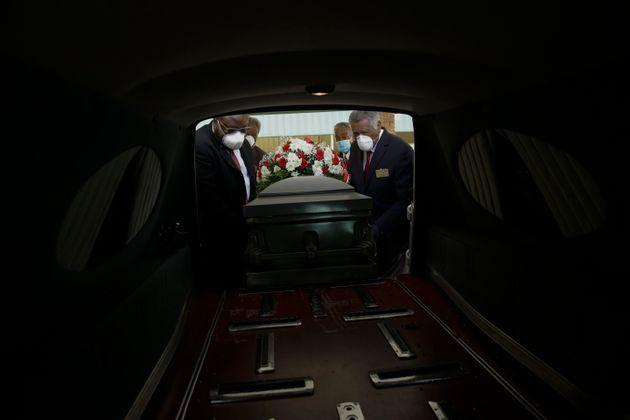 (자료사진) 미국 조지아주 도슨에서 장례업체 관계자들이 관을 영구차에 싣고 있다. 2020년