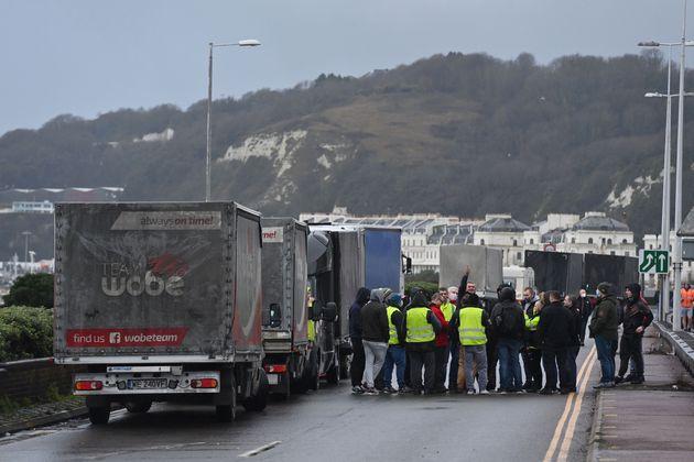 Βρετανία: Στα χέρια αποκλεισμένοι οδηγοί φορτηγών με αστυνομικούς στο