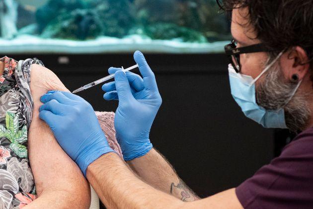 Una mujer de 90 años recibiendo la vacuna contra el coronavirus en Suiza (Urs Flueeler/Keystone...