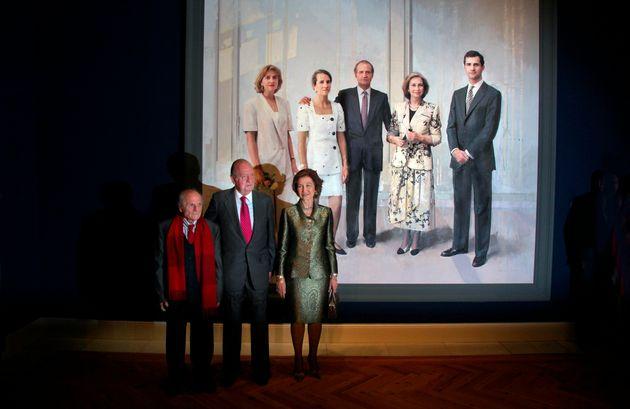 Los reyes Sofía y Juan Carlos junto a Antonio López y el retrato de la familia