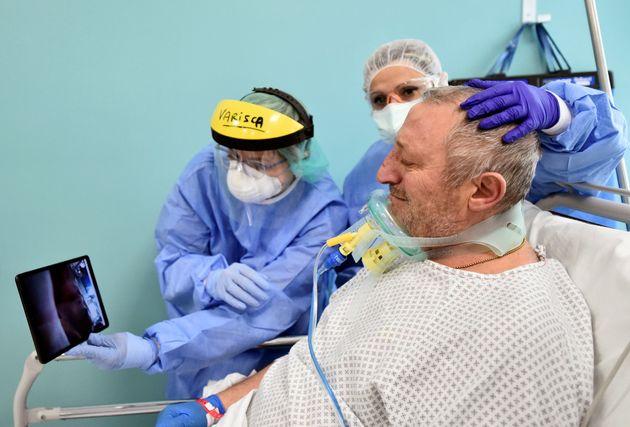 Un paciente de coronavirus en el hospital de