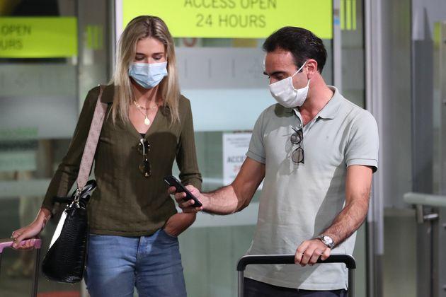 Enrique Ponce y Ana Soria en el aeropuerto de Barajas el pasado 19 de