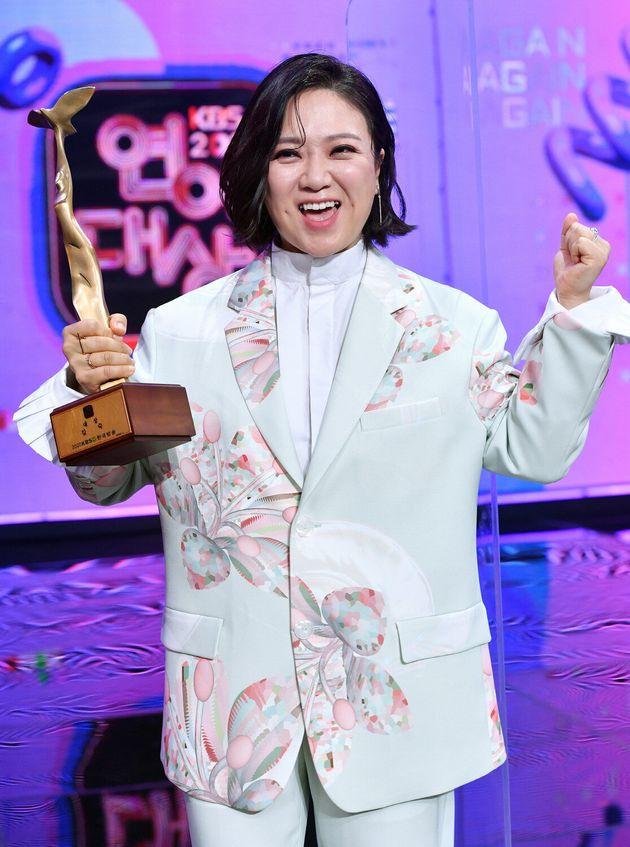김숙이 24일 KBS 연예대상에서 대상을 수상한 뒤 기뻐하고