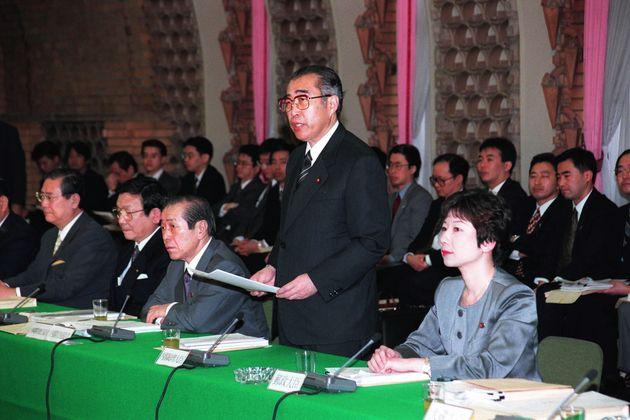有識者会議で故・小渕恵三首相(当時)の隣に座る野田聖子郵政相。当時は唯一の女性閣僚だった=1999年4月、首相官邸