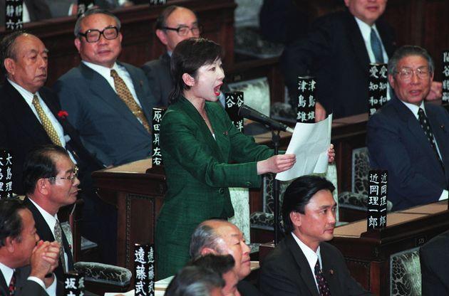 第146回臨時国会の衆院本会議で、女性として初めて議事進行係を務める野田聖子氏=1999年10月
