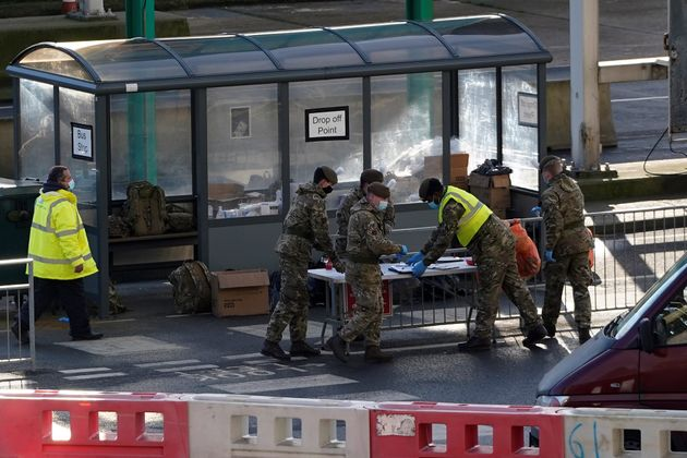 Des officiers de l'armée britannique au port de Douvres, en Angleterre, le 25 décembre