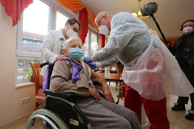 Edith Kwoizalla, 101 ans, recevant en premier le vaccin contre le Covid-19 en Allemagne, à Halberstadt,...
