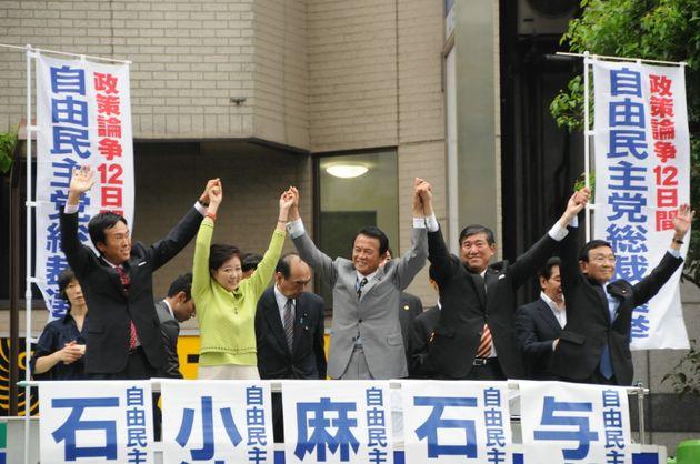 過去、自民党総裁選に立候補した女性は小池百合子元都知事1人だけ。2008年9月、総裁選を前に健闘をたた立候補者5人。(左から石原伸晃氏、小池百合子氏、麻生太郎氏、石破茂氏、与謝野馨氏)=2008年9月