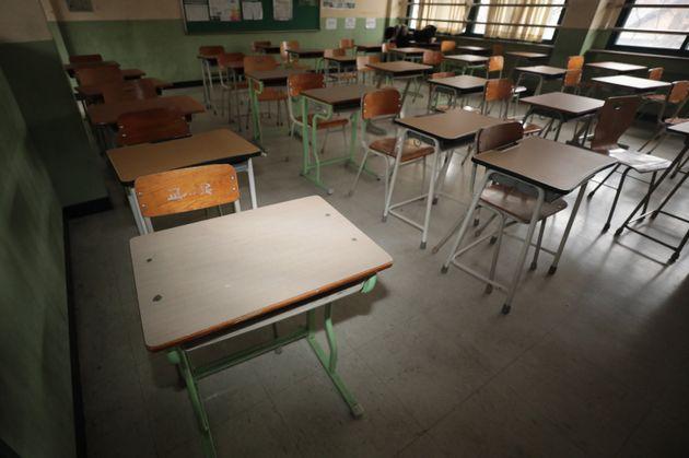 (자료사진) 2021학년도 대학수학능력시험 성적표 배부일인 12월23일 서울의 한 고등학교에서 학생들이 수능 성적표를 받고