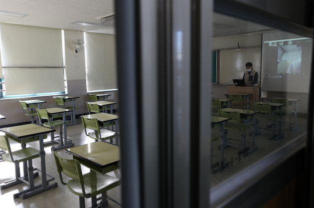 (자료사진) 코로나19 확산으로 모든 수업이 원격수업으로 전환된 12월 초, 서울의 한 고등학교에서 1학년 선생님이 학생들과 쌍방향 화상수업을 하고