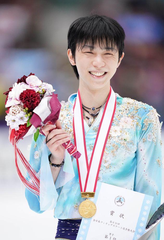 金メダルを胸に笑顔を見せる羽生結弦選手(ANA)=12月26日、長野・ビッグハット[代表撮影]