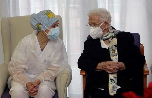 Araceli y Mónica, primeras personas en ser vacunadas contra el coronavirus en