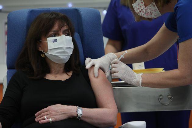 Η στιγμή του εμβολιασμού...