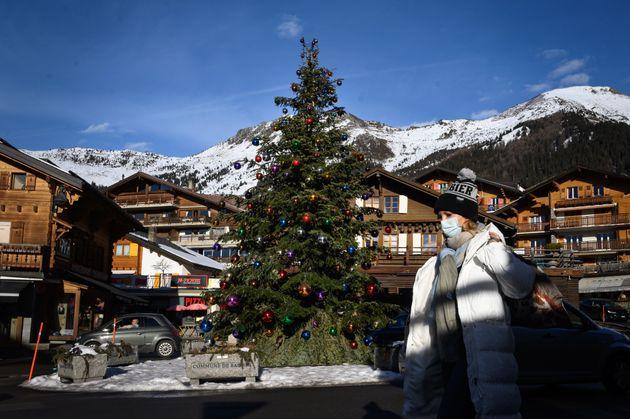 Δεκάδες Βρετανοί τουρίστες το έσκασαν από την καραντίνα σε ελβετικό χιονοδρομικό