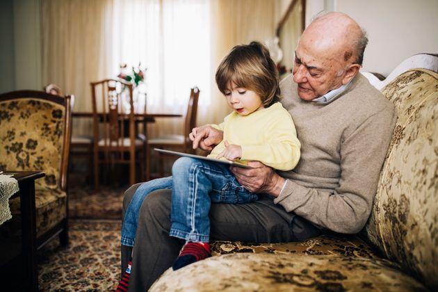Un abuelo con su