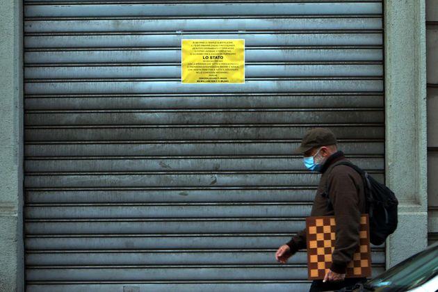 Un cartello affisso sulla serranda di un negozio chiuso a causa del Coronavirus covid19, Milano, 17 Novembre...