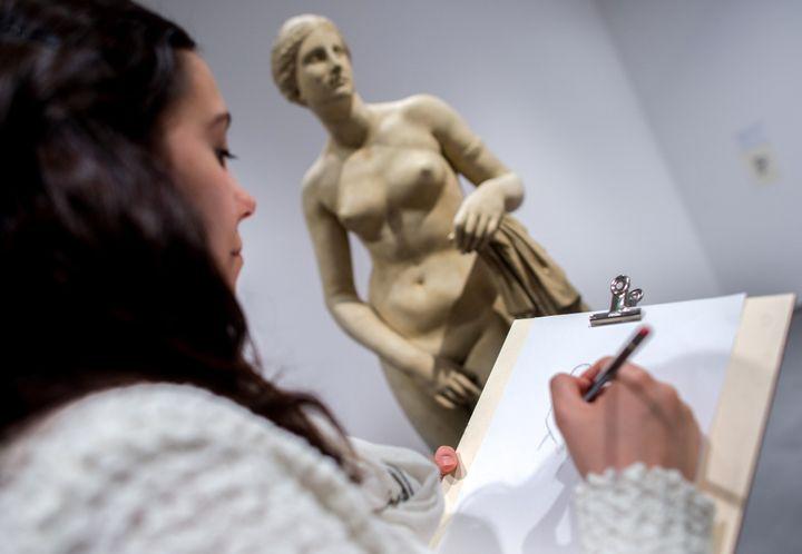Una mujer hace un bosquejo de una escultura de la Venus de Cnido, en un museo alemán.