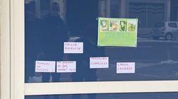 Des messages anti-vaccin collés à l'entrée de l'hôpital de