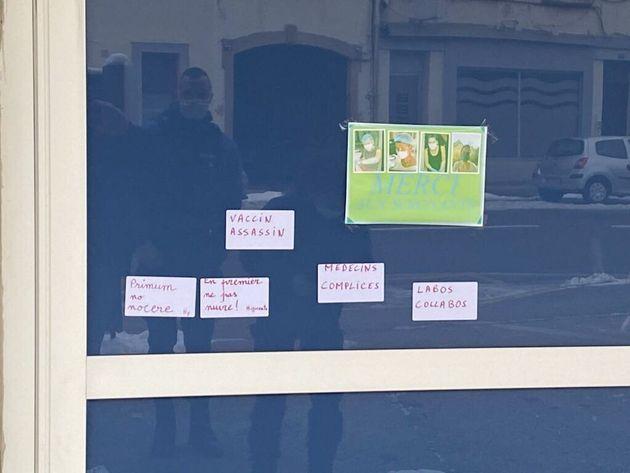 Plusieurs dizaines d'affichettes écrites à la main sont placardées sur l'entrée principale du Centre...