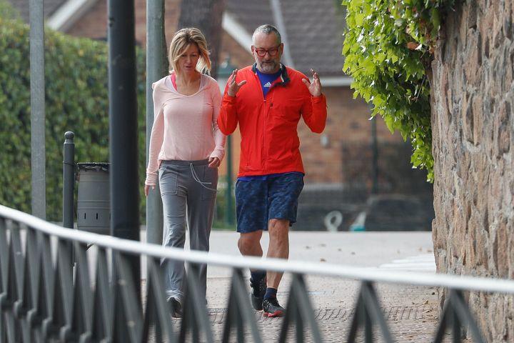 Susanna Griso y Carles Torras por loa alrededores de su domicilio en Madrid en mayo de 2020.