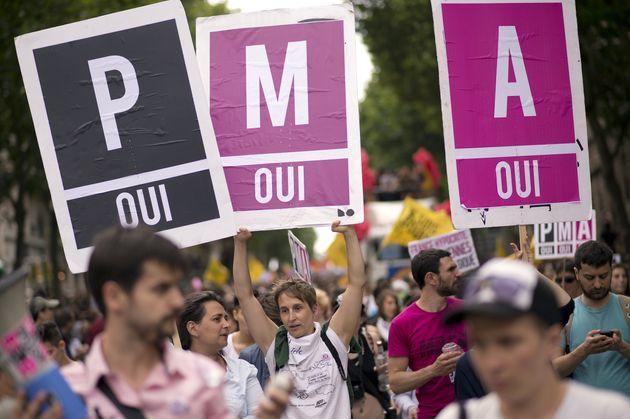 Plusieurs manifestants pro-PMA pour toutes lors d'une marche des fiertés le 29 juin