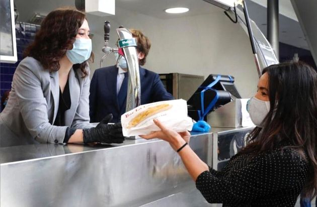 Isabel Díaz Ayuso entrega un bocadillo de calamares a Begoña Villacís, vicealcaldesa de Madrid, el pasado...