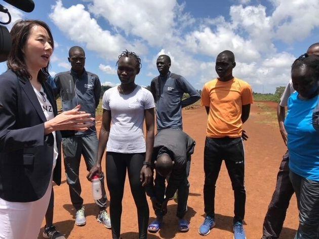 ケニアのイテンにて。東京五輪を目指す難民アスリートたちと(2020年2月)