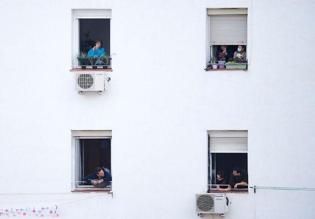 Aplausos desde el balcón, en una imagen del 29 de marzo de 2020 en