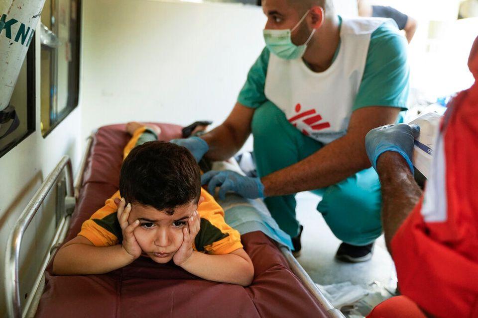 Ο τετράχρονος Χαμζά εξετάζεται...