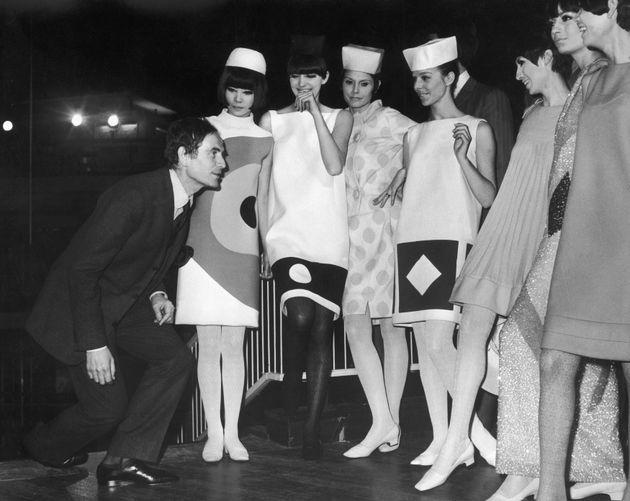 Pierre Cardin con varias modelos tras un desfile en