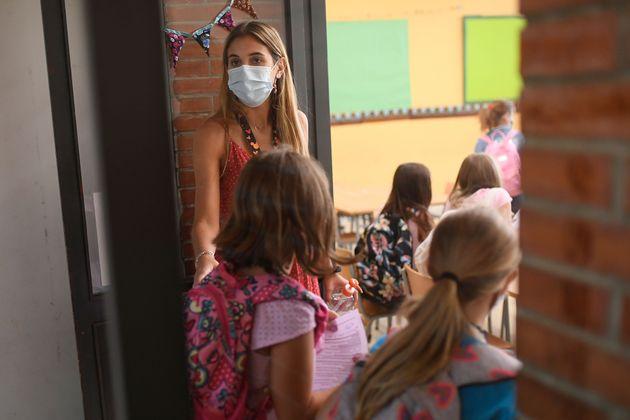 Una profesora da la bienvenida a sus alumnos el primer día de clase, el 14 de septiembre de 2020,...