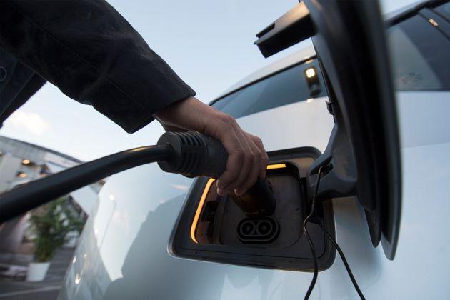 Une voiture électrique en chargement lors d'un salon à Las Vegas, dans le Nevada, le 8 janvier