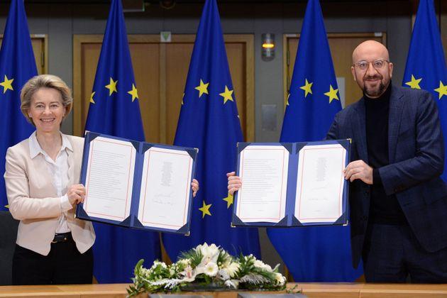 Ursula von der Leyen y Charles Michel, posando en Bruselas con el acuerdo