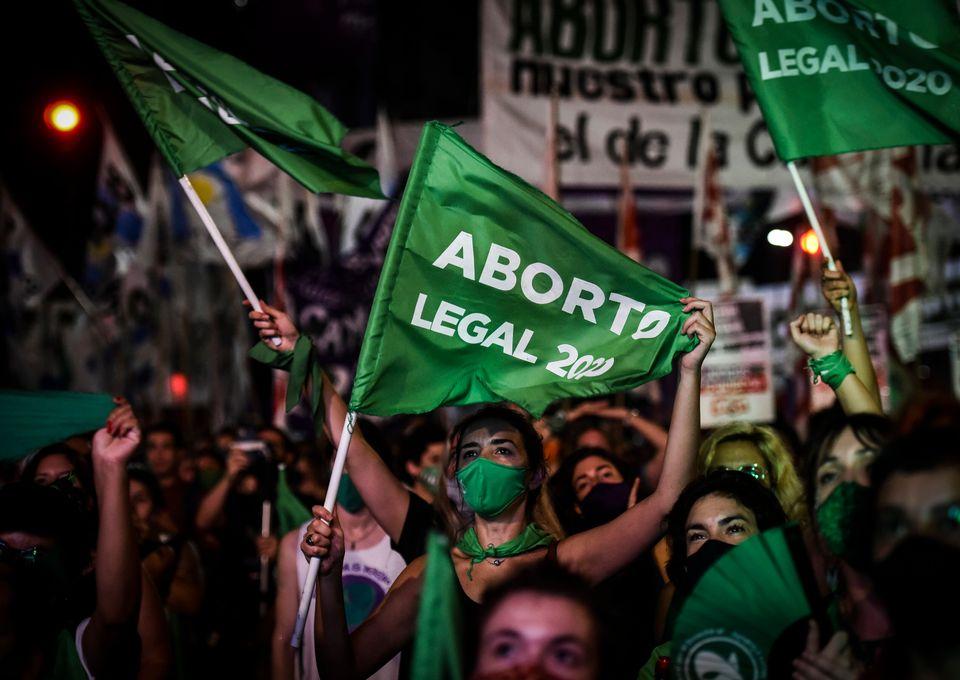 아르헨티나 상원이 임신중단(낙태) 합법화 법안 놓고 토론을 벌이는 모습을 시민들이 의회 바깥에 마련된 스크린으로 지켜보고 있다. 부에노스아이레스, 아르헨티나. 2020년