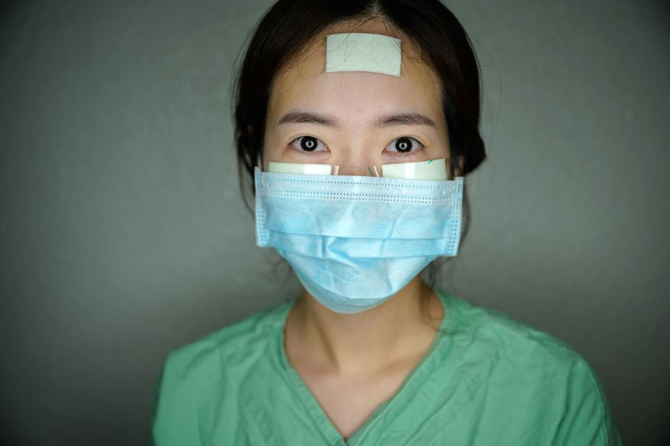 L'infirmière YunNa-yong se laisse photographier lors d'une pause à l'hôpital...