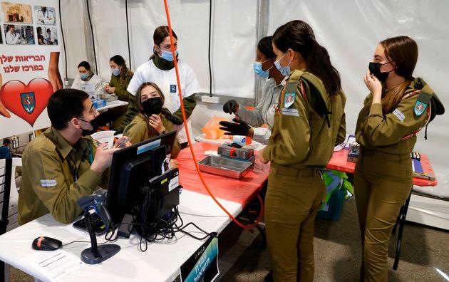 Πώς το Ισραήλ πέτυχε το ταχύτερο πρόγραμμα εμβολιασμού στον
