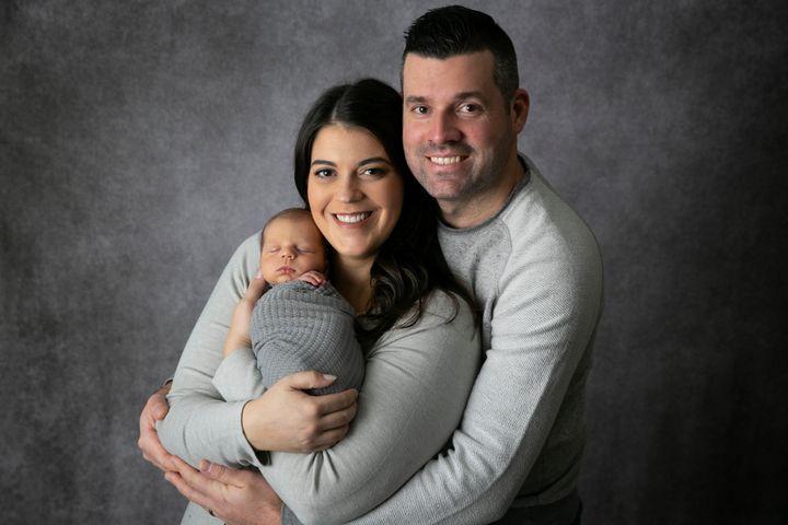 Michelle Farrugia, son mari Mark Weldon et leur bébé Nolan James Weldon, né le 3 décembre 2020.