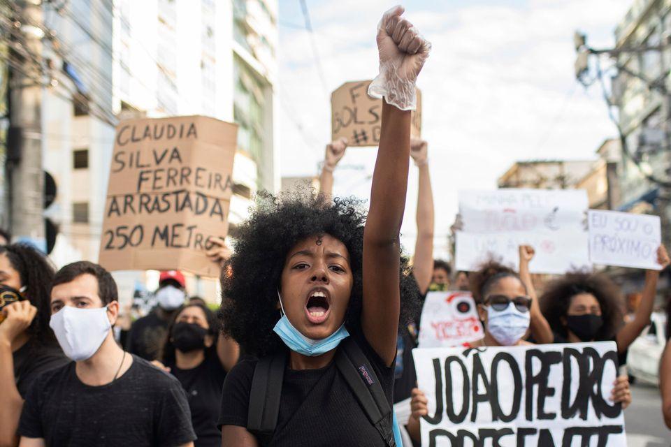 미국을 비롯해 세계 곳곳에서 인종차별에 항의하는 '블랙라이스스매터' 시위가 열렸다. 사진은 브라질 상파울루에서 열린 시위 모습. 2020년