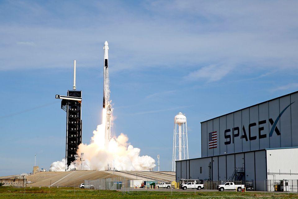 국제우주정거장(ISS)으로 향하는 유인우주선을 태운 스페이스X의 팰컨9 로켓이 미국 플로리다주 케네디우주센터에서 발사되고 있다. 2020년