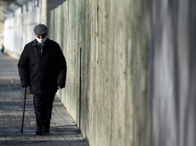 Una persona camina por la calle en