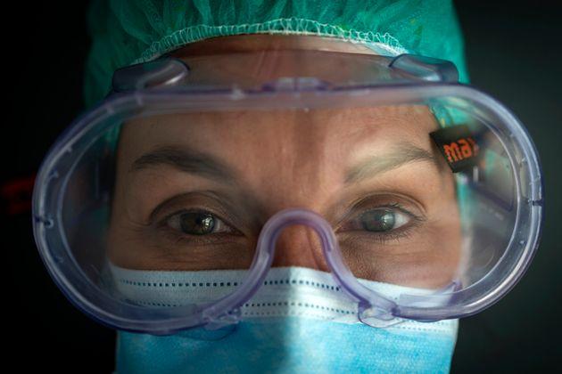 La enfermera Marta Fernández posa para una fotografía en el ala de pacientes con COVID-19...