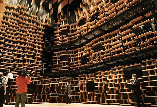 開館前の「角川武蔵野ミュージアム」。4、5階の「本棚劇場」は、360度すべてが約8メートルの書架に囲まれている=7月16日