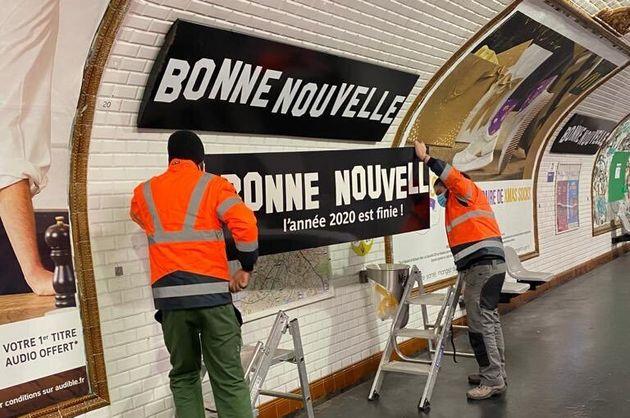 Sur la ligne 8 du métro de Paris, à la station Bonne Nouvelle, la RATP a fait installer de nouveaux panneaux...