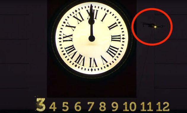 Un dron sobrevuela junto al reloj de la Puerta del Sol durante las