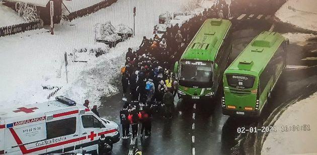El 112 asiste a un grupo de unas 150 personas que esperaban el autobús en Cotos
