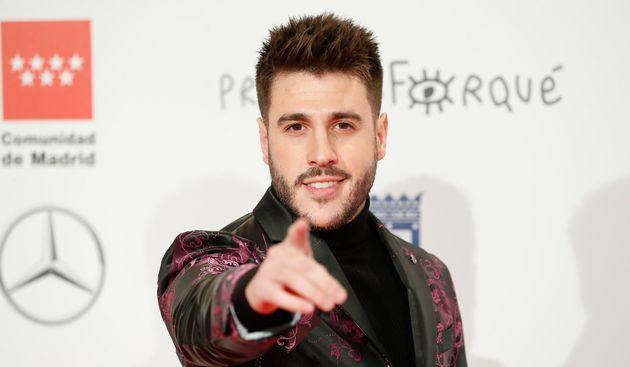 El cantante Antonio José haciendo 'hey' a la