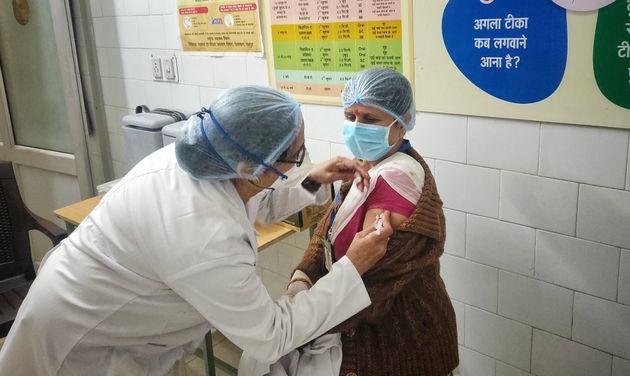 L'Inde compte vacciner 300 millions de personnes d'ici mi-2021 (Photo: à Jaipur, en Inde, une...